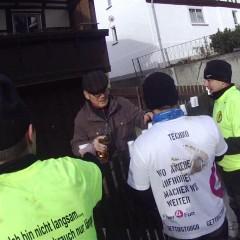 Anwohner versorgen die Läufer mit eigenen Getränken